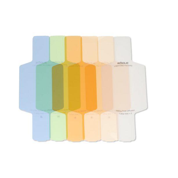 Color Correction Filter Kit   Innholder 18 fargefilter + 3 festebånd + 1 oppbevaringsveske.  Filter størrelse: flashhode størrelse 7,6 cm x 6,3 cm, total lengde med armer: 15,2 cm Rogue Flash Gels er laget…